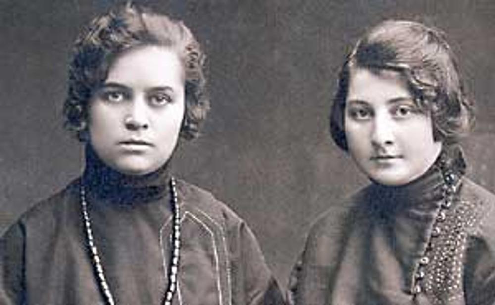 Фото, 1924 г. Сестры Нина и Лена Кроль в домашних платьях, перешитых из рясы священника.
