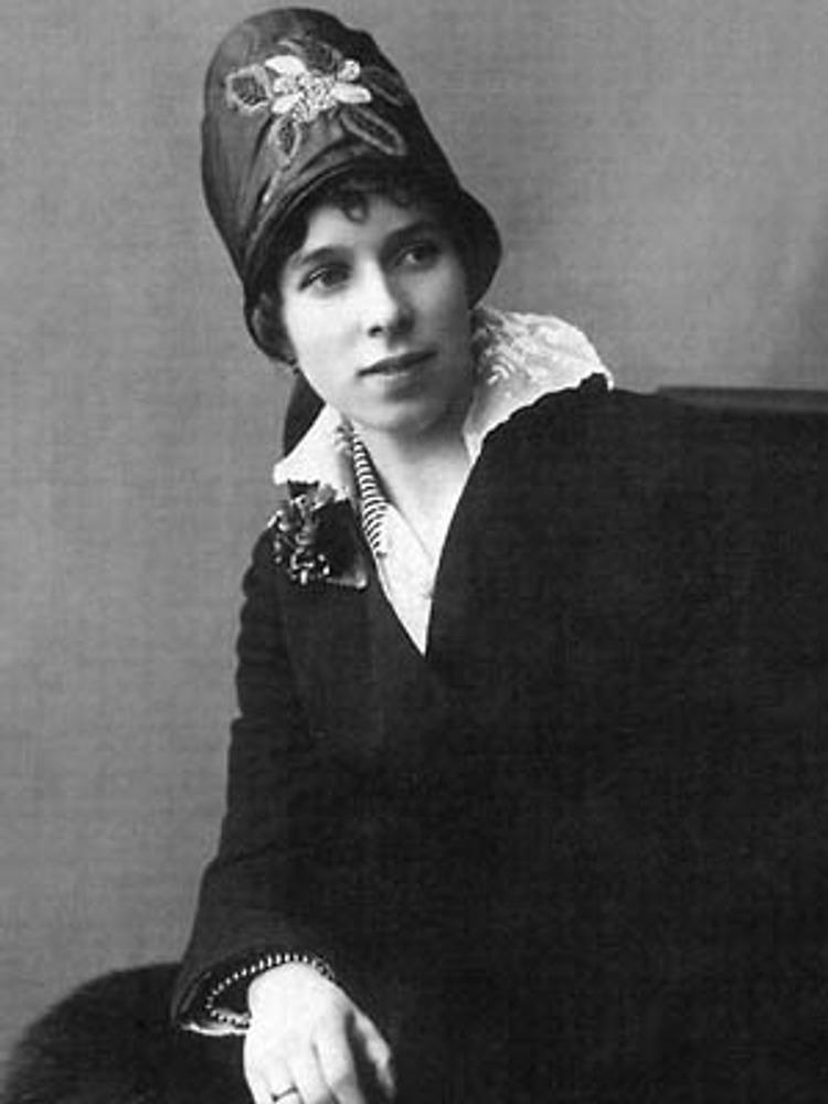Фотография Кадысона, 1916 г. Молодая дама в темном шерстяном пальто с матросским воротником из шитья. Шляпа-каска из соломки и шелка украшена аппликацией и вышивкой.