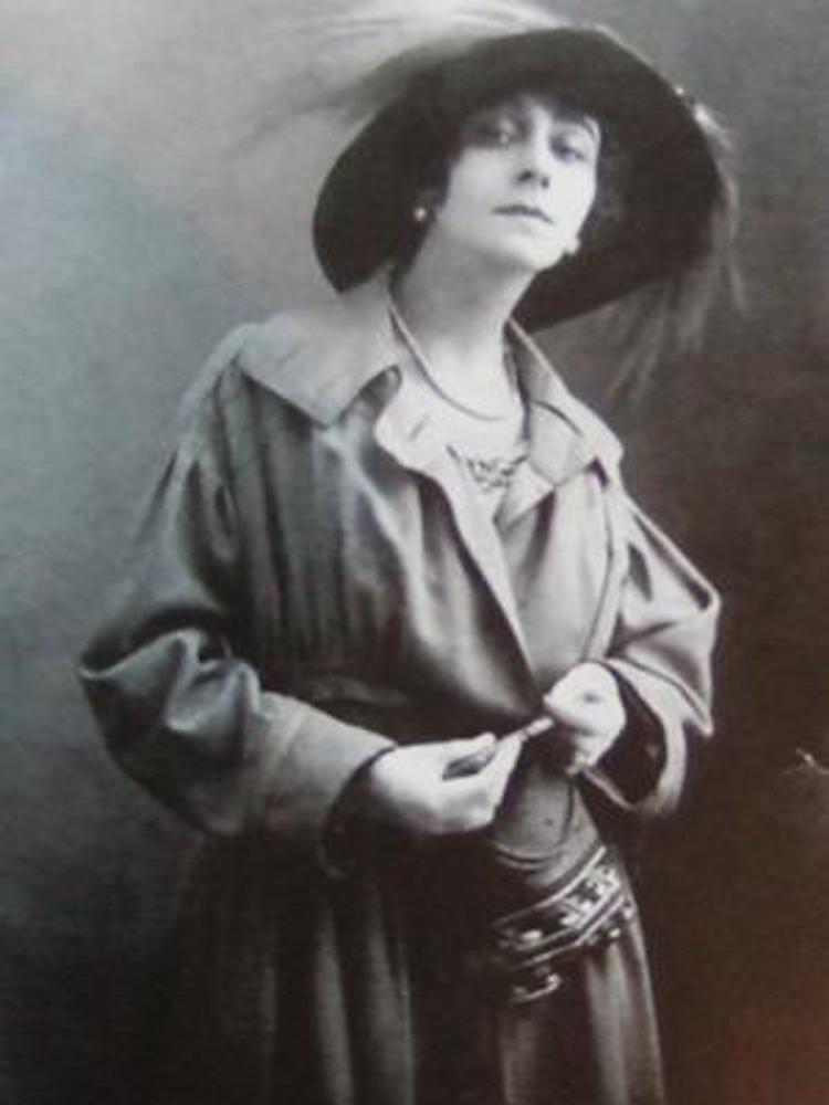 Фото М.Сахарова, Москва, 1916 г. Балерина Большого театра и киноактриса Вера Каралли в пальто, стилизованном под военную форму.