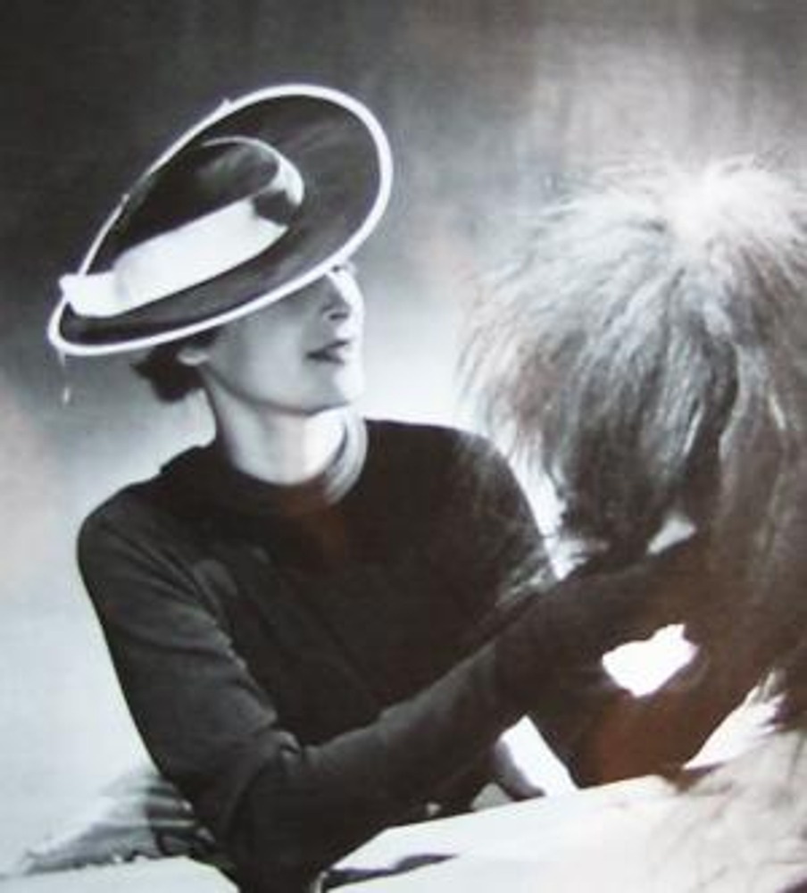 """Фото 1934 г. Нина Твердая, манекенщица дома """"Арданс"""" и одна из финалисток конкурса """"Мисс Россия"""" в 1930 г. в Париже, в черном платье из джерси."""