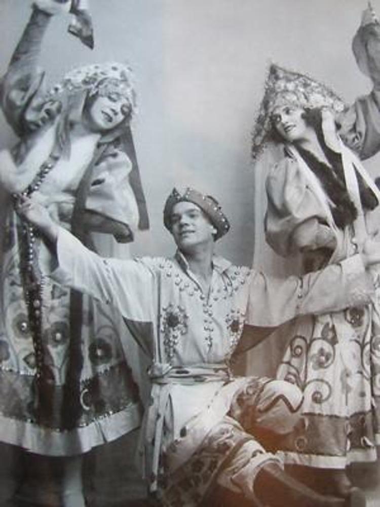 """Фото. Вена, 1924 г. Русские танцовщики-эмигранты в """"Русской пляске"""" в костюмах работы Г. Пожедоева."""