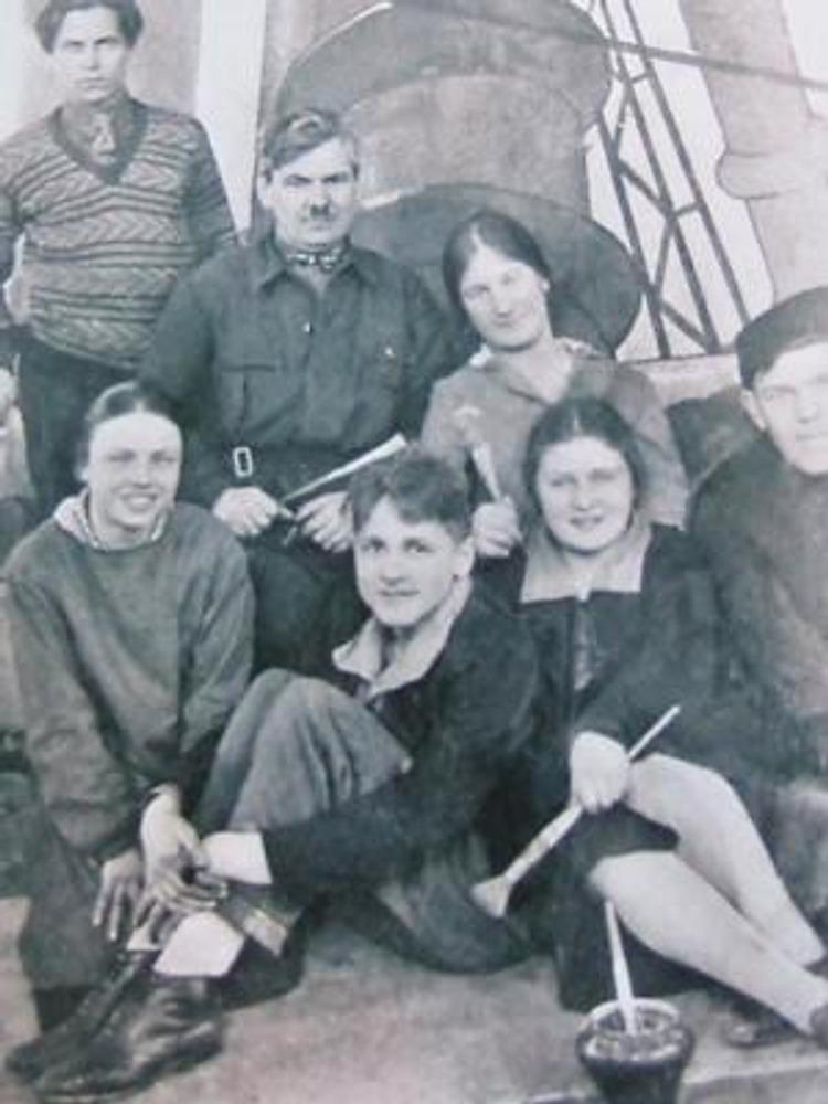 Фото. Москва, 1928г. Студенты Художественного училища 1905 года вместе с педагогом Е.Н.Якубом в повседневной одежде.