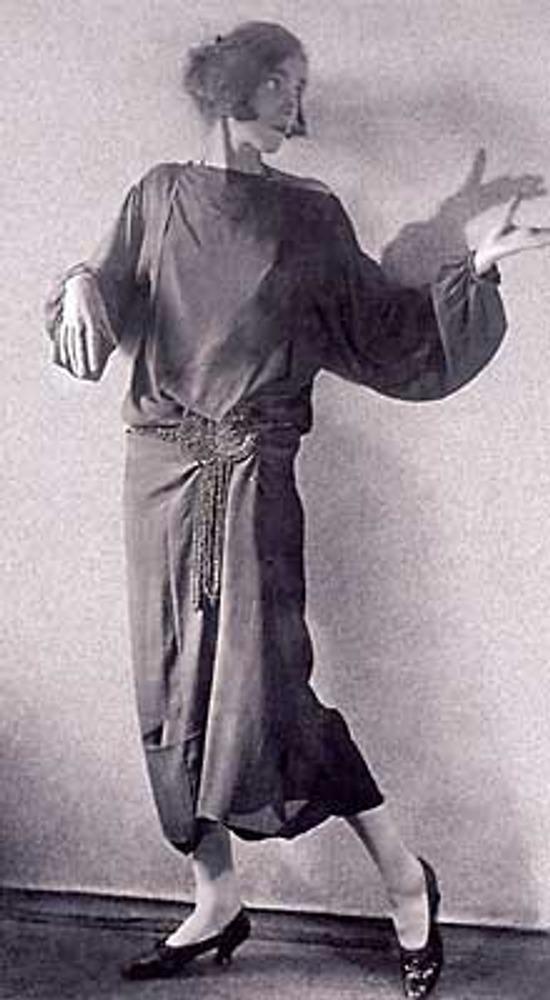 Фото. Москва, 1924г. Актриса и манекенщица Александра Хохлова в вечернем платье с поясом из бус работы Надежды Ламановой.