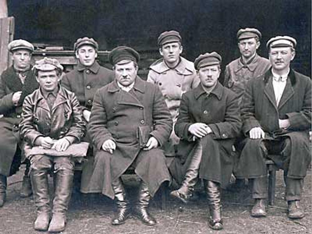 """Фото. 1921г. Члены Комиссии по продразверстке в верхней одежде, реквизированной у """"буржуев""""."""
