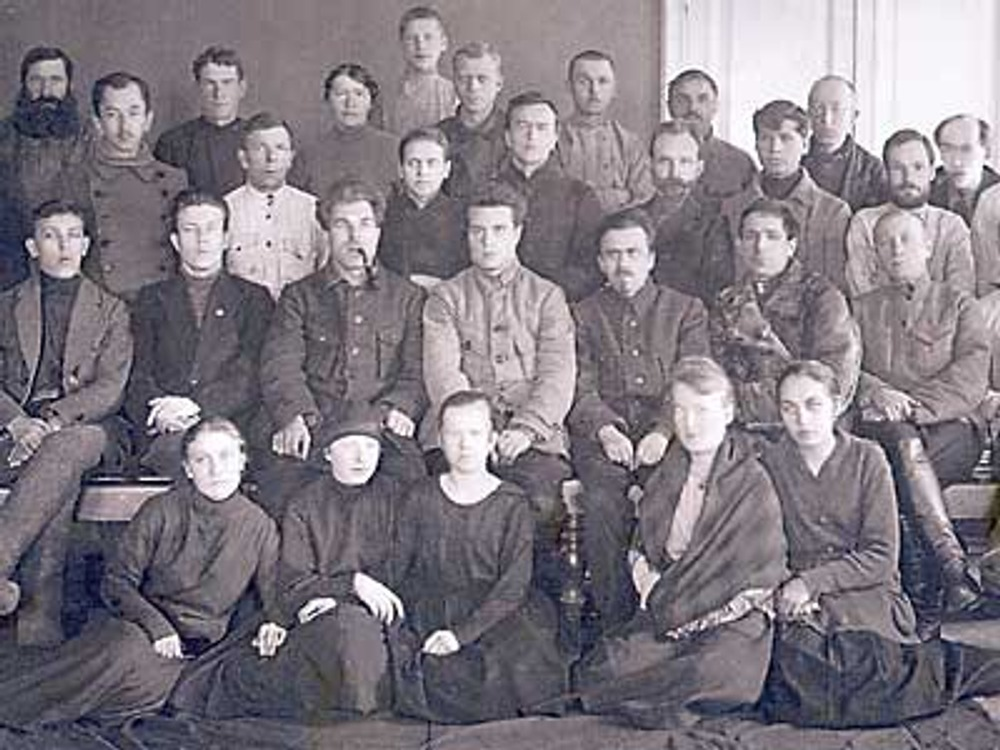 Фото. 1924г. Группа служащих в повседневных темных костюмах из шерсти и хлопчатобумажного полотна. У некоторых на ногах валенки.