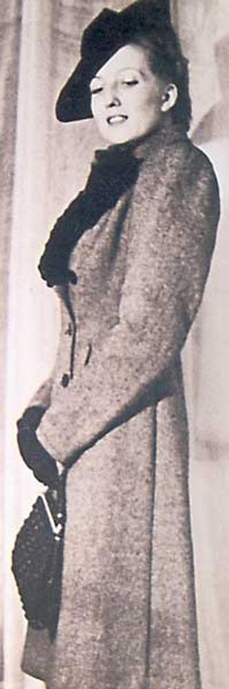 Фото. Анель Судакевич в модельном пальто из сукна, с подкладными плечами и в модной фетровой шляпе. Москва, 1937 г. Собрание Б. Мессерера, Москва.