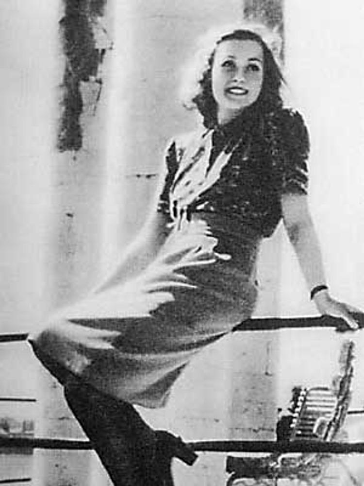 Фото. Манекенщица в стильной модели от Елены Ефимовой из ателье Художественного фонда, отражающей влияние западной моды. Фотография Г. Петроусова, «Советская женщина», 1946, №4.