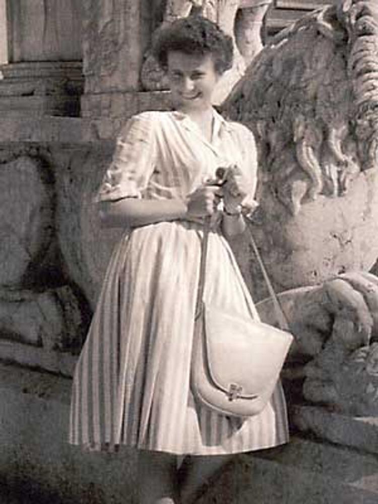 Фото. Советская туристка из состава делегации Минкультуры во время поездки в Италию в модном полосатом платье с нижней юбкой из капрона. В руках - элегантная сумка на длинном ремне. Италия, 1954 г.
