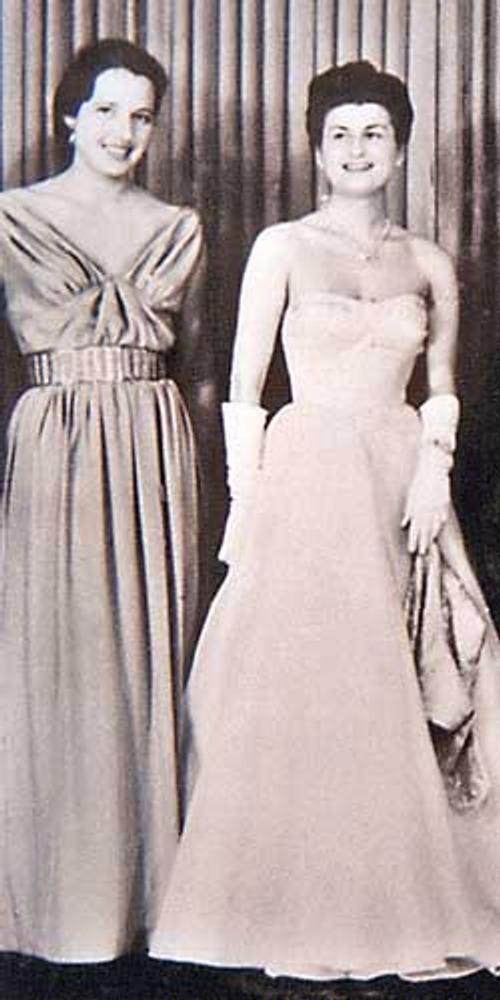 Фото. Манекенщицы в нарядных бальных платьях, выполненных под влиянием парижских мод. Будапешт, 1955 год.