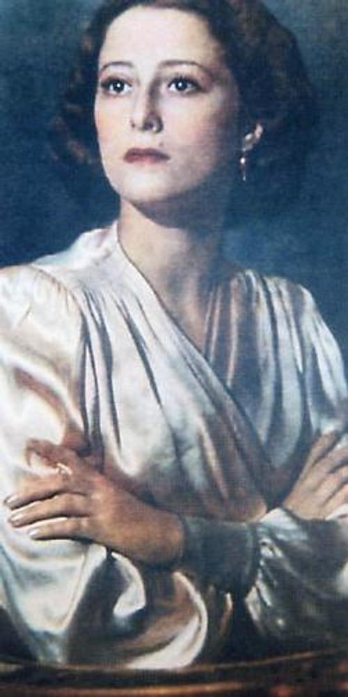Фото. Прима-балерина Майя Плисецкая в атласной блузке с запахом-кимоно и со светлым лаком на ногтях. Фотография Г. Вайля, Москва, 1956 г.