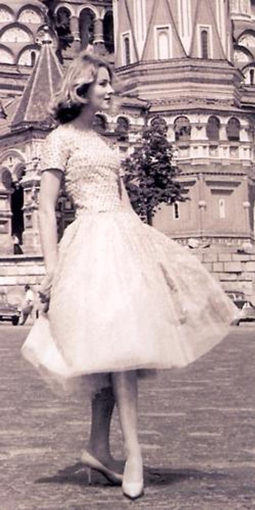 Фото. Манекенщица в модельном платье из коллекции Дома Кристиана Диора во время показа в Москве, 1959 г.