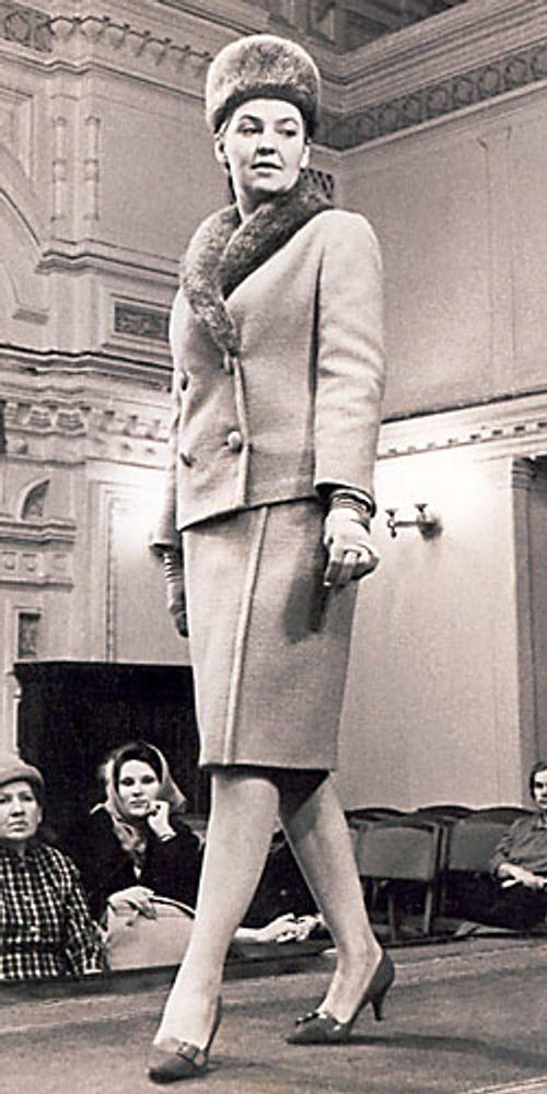 Фото. Манекенщица Янина Черепкова в модельном костюме. Поках мод в ГУМе 24 июня 1960 г. Собрание Я. Черепковой, Москва.