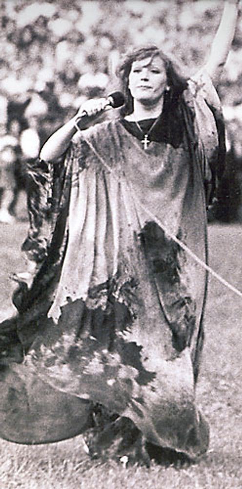 Фото. Певица Алла Пугачева в красном платье-хитоне с черными разводами. Концерт на стадионе в Симферополе 1979 г. Собрание Т. Малинкиной, Москва.