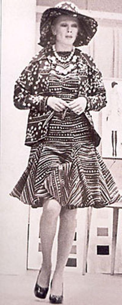 Фото. Манекенщица Элла Шарова в костюме из штапеля на показе моделей Славы Зайцева и Общесоюзном доме моделей одежды.Москва, начало 1970-х гг.