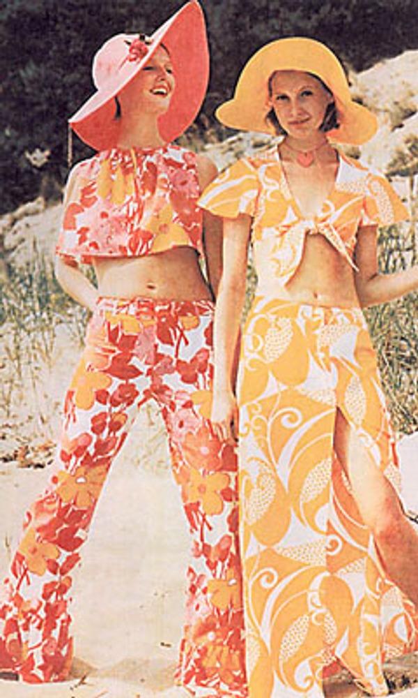 """Фото. Эстонские манекенщицы в пляжных костюмах из набивного ситца и сатина работы Саймы Крик. """"Силуэт"""", лето 1973г. Таллин."""