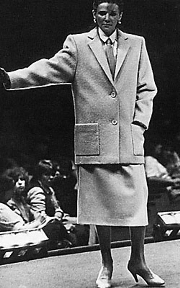 Фото. Манекенщица Ирина Мачарет в костюме для деловой женщины работы ОДМО. Москва, 1985 г.