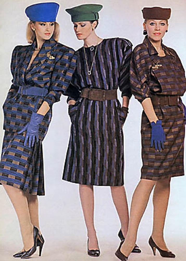 Фото. Манекенщицы (слева Лариса Фомичева) в платьях с подкладными плечами из тканей в геометрический рисунок. «Мода стран социализма», Москва, 1988 г.