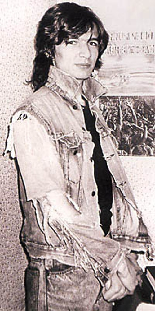 """Фото. Журналист Алексей Макаревич в комплекте джинсовой одежды в стиле """"дестрой"""". Москва, 1990 г."""