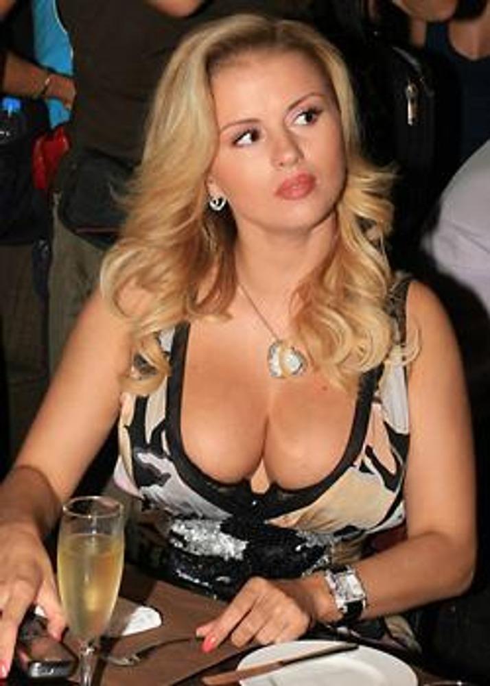 """Фото. Анна Семенович, солистка группы """"Блестящие"""", в имидже секс-бомбы."""