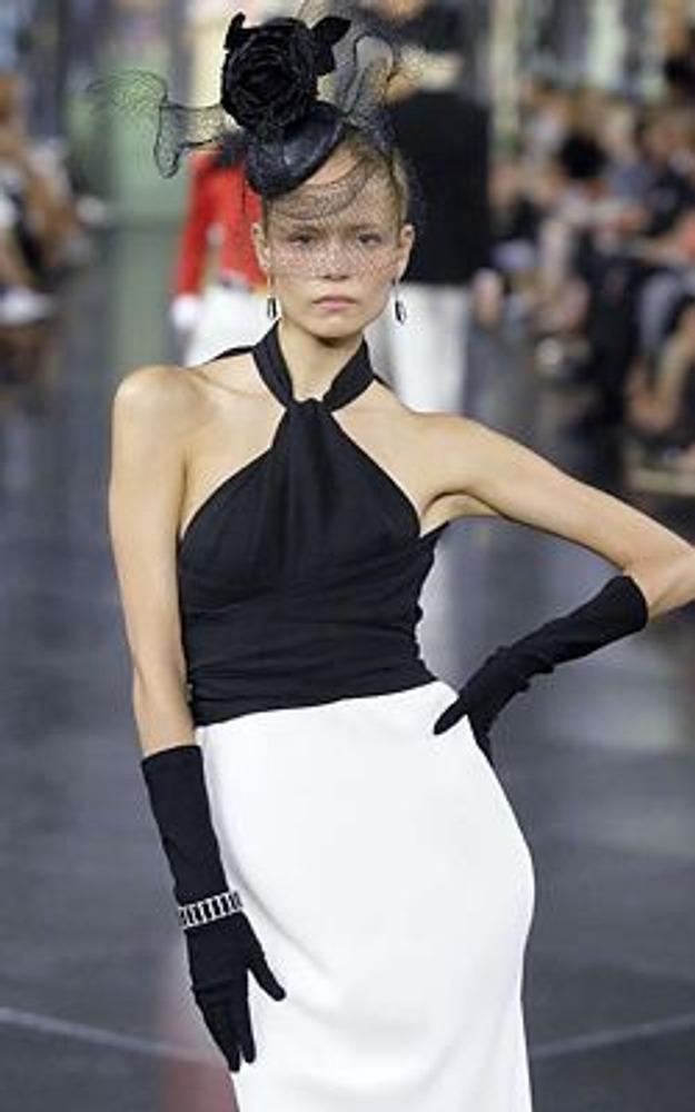 Фото. Дресс-код обязывает! Нельзя прийти в цветном платье на черно-белый бал, например. На фото модель из коллекции Ralph Lauren, весна-лето 2008.