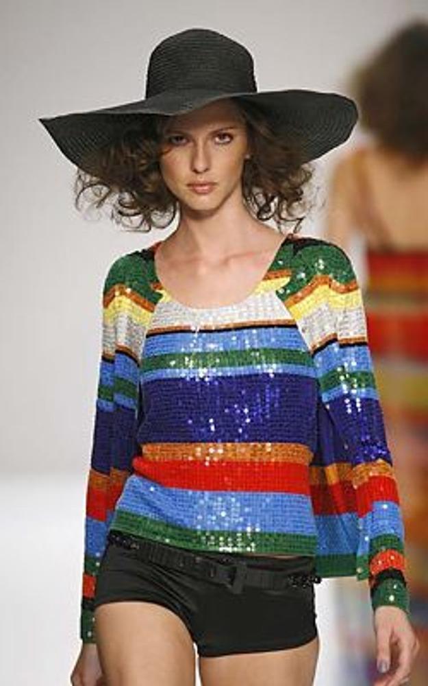 Фото. Выбор одежды зависит от многих факторов! На фото модель из коллекции Ben De Lisi, весна-лето 2008.
