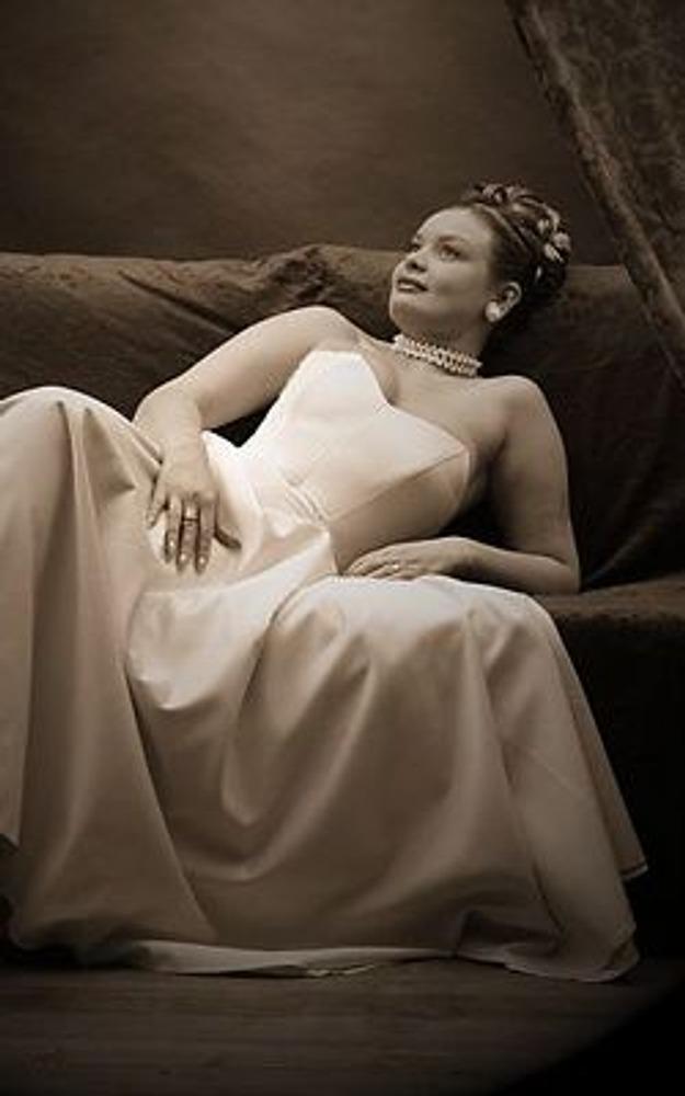 Фото. Дизайнерами создано огромное количество одежды, из которой вы всегда сможете выбрать тот покрой и стиль, который подойдет вам по фигуре и по типу личности. Здесь Любовь Фартушная в вечернем платье, которое создает ей совершенно иной образ!