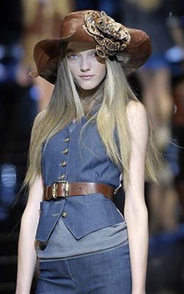 Фото. Свойственный вам тип отношения к одежде влияет на те стили, которые вы предпочитаете. Например, эстетический тип отношения лучше всего подходит для построения индивидуального стиля. На фото модель из коллекции D&G, весна-лето 2008.