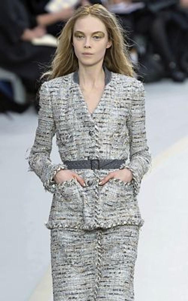 """Фото. Костюм в стиле """"Шанель"""" классичен по своей природе и может подойти людям с разным типом отношения к одежде. На фото модель из коллекции Chanel, осень-зима 2008/09."""