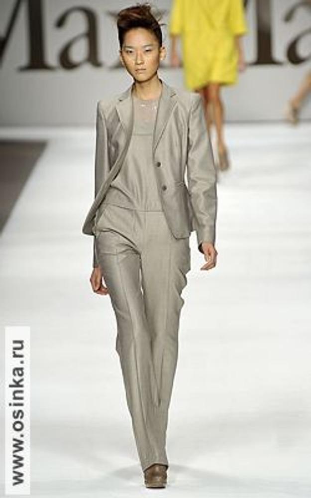 Фото. Классическая тройка - брюки, блузка и приталенный жакет. На фото костюм от Max Mara, сезон весна-лето 2009.