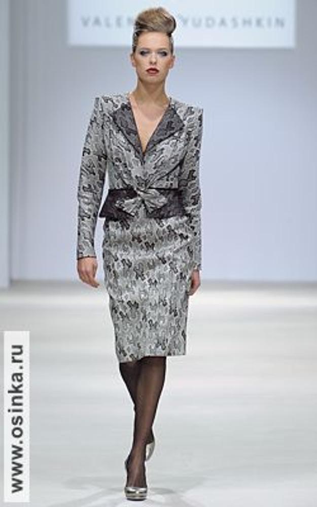 Фото. Это может показаться удивительным, но с точки зрения имиджа, юбка повышает деловой статус женщины! На фото - модель из коллекции Валентина Юдашкина, осень-зима 2009/10.