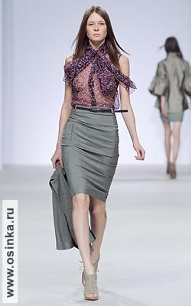 Фото. Классика может быть очень женственной! Достаточно подобрать соответствующую блузку, чтобы преобразить свой костюм. На фото - модель из коллекции Сергея Москаленко, осень-зима 2009/10.
