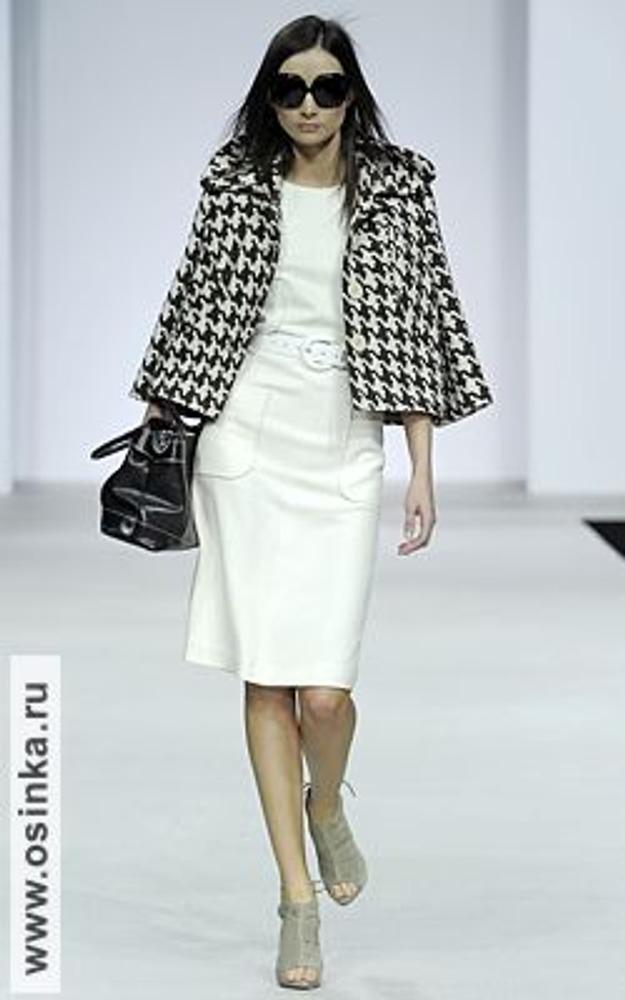 Фото. Прилегающее прямое платье-футляр длиной до коленей - воплощение классического стиля. Модель от Сергея Москаленко, осень-зима 2009/10.