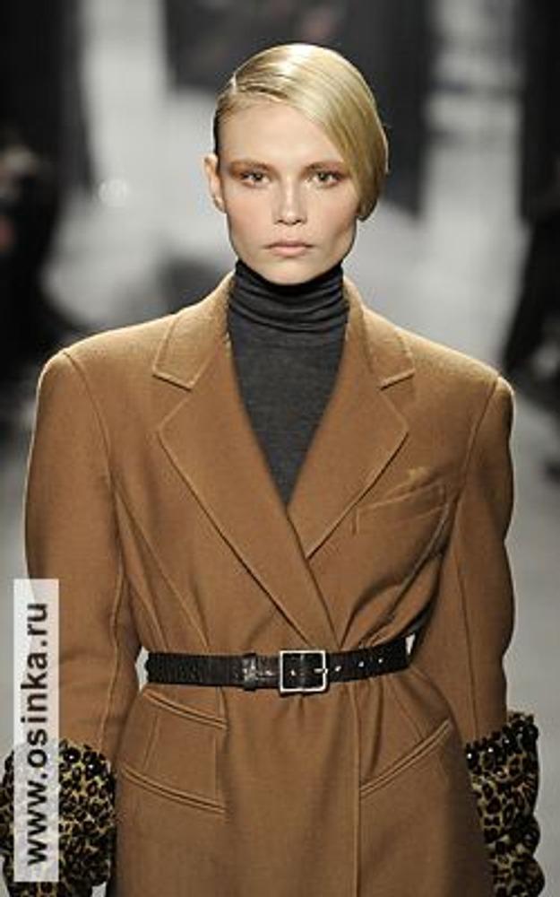 Фото. Прическа в классическом стиле должна быть такой же лаконичной и элегантной, как и сам стиль. На фото - модель из коллекции Donna Karan, осень-зима 2009/10.