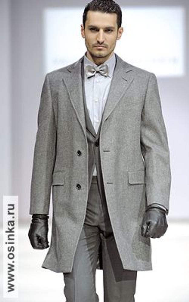 Фото. Классический стиль ассоциируется с деловыми и решительными качествами. На фото - модель из коллекции Валентина Юдашкина, осень-зима 2009/10.