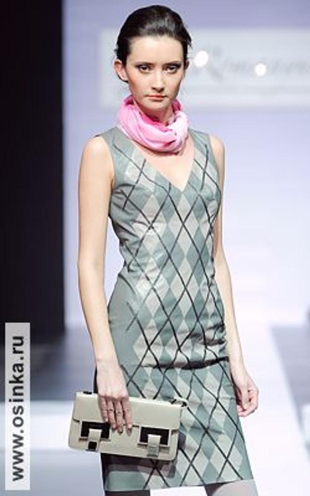 Фото. Яркий шейный платок - это изящный способ украсить строгий и аскетичный ансамбль! На фото - модель из коллекции Лизы Романюк, осень-зима 2009/10.