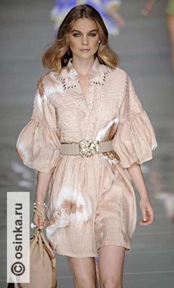 """Фото. Модель из коллекции Blumarine, весна-лето 2010 - образец модных тенденций к женственности и цвету """"ню""""."""