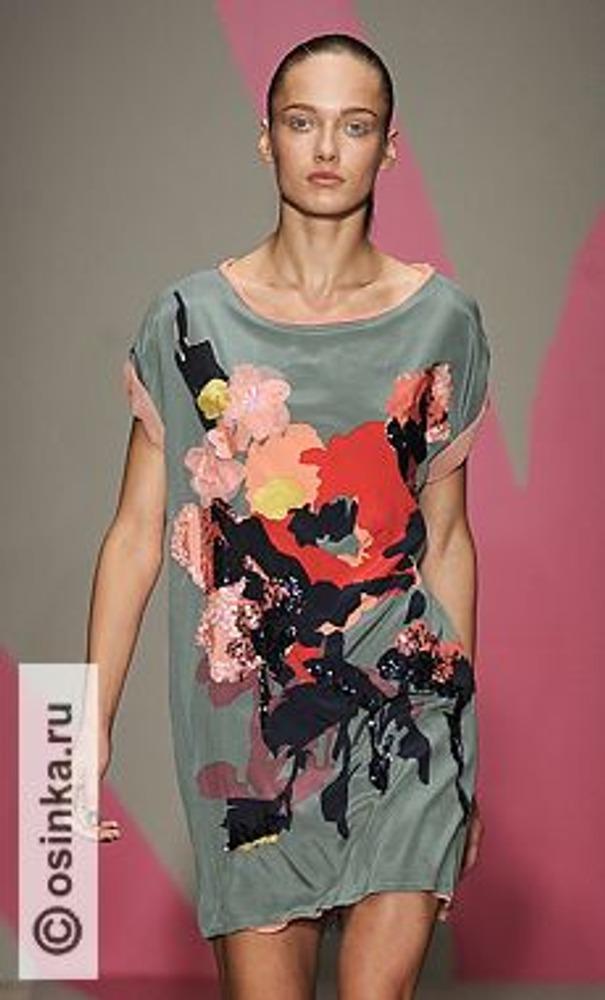 Фото. Из шелка с крупным рисунком правильнее всего шить простого покроя платья-туники. На фото модель из коллекции DKNY, весна-лето 2010.