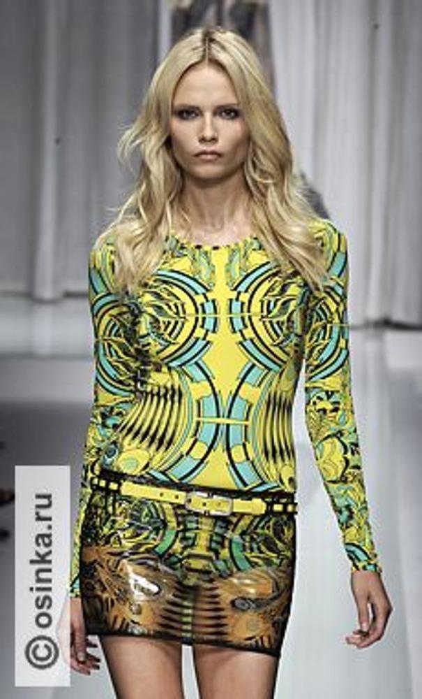 Фото. Секс - двигатель современной торговли! Визуальная пресыщенность современного человека заставляет дизайнеров изобретать все большее эффектные наряды. На фото модель из коллекции Versace, весна-лето 2010.