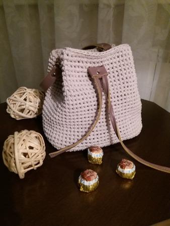 Фото. Популярная модель сумочка-торба. Автору работы - _Скарлетт_ - очень понравилось вязать из трикотажной пряжа крючком!