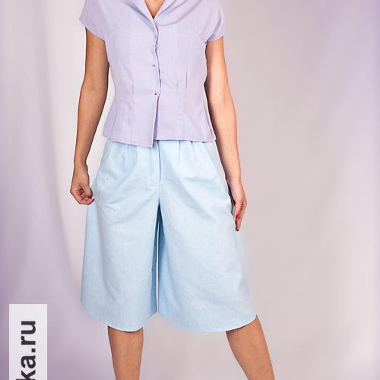Брюки. Burda 2/1981. Кто не мечтал о юбке-брюках в 80-е? Эти широкие брюки со складками у пояса казались в те годы очень модной альтернативой обычным юбкам, изрядно надоевшим за историю женского костюма. Оригинал в Burda был сшит из велюровой кожи красно-коричневого цвета.