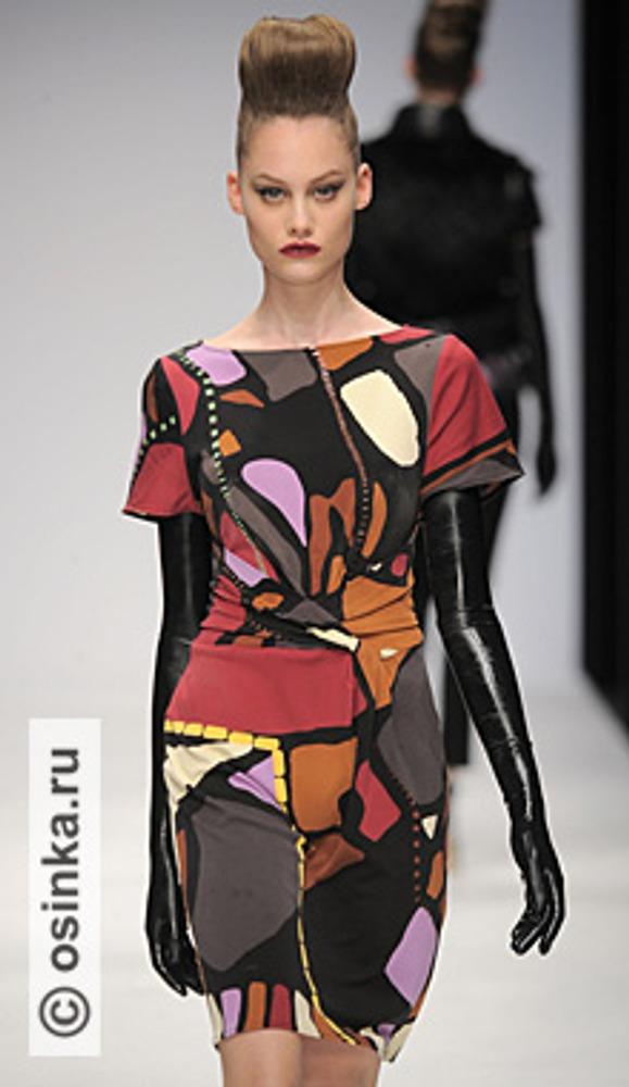 """Фото. Длинные черные лаковые перчатки, так модные в этом сезоне, действительно выглядят как вторая кожа. Модель из коллекции Issa , сезон """"осень-зима 2010/2011""""."""