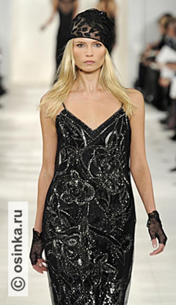 """Фото. Короткие перчатки из черного кружева могут служить прекрасным дополнением к платью. Модель из коллекции Ralph Lauren , сезон """"осень-зима 2010/2011""""."""