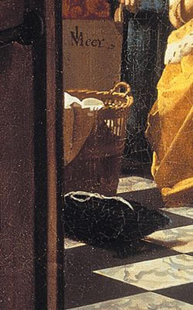 Фото. Фрагмент из левой части картины: плетеная корзина с бельем и черная подушечка для ручной работы насыщают ситуацию деталями.