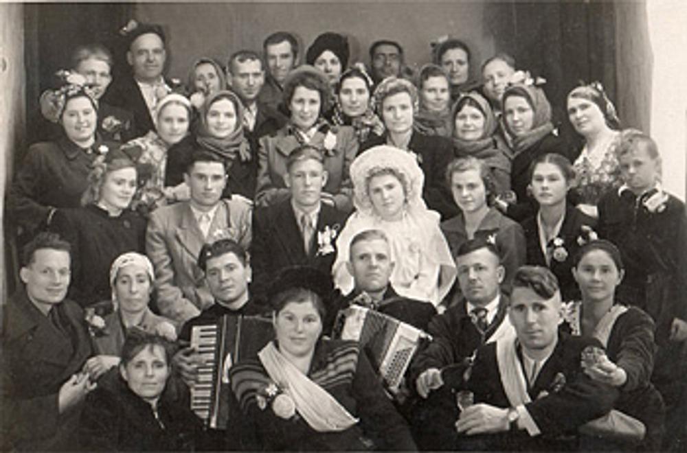 """Фото. Свадьба на Кубани. 50-е гг. ХХ в. У женщины слева в руках свадебная """"шишка""""."""