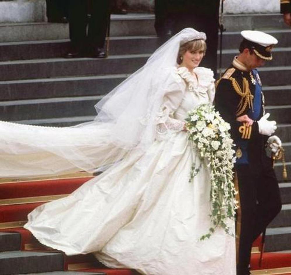 Свадьба принца Чарльза и Дианы Спенсер. 29 июля 1981 года. Свадебное платье Дианы разработано в студии Дэвида и Элизабет Эмануэль.