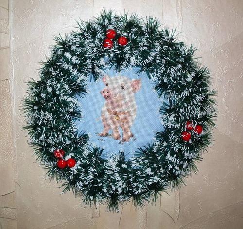 Фото. Вышивка стала основой для новогоднего веночка.  Автор работы - Любимые крестики