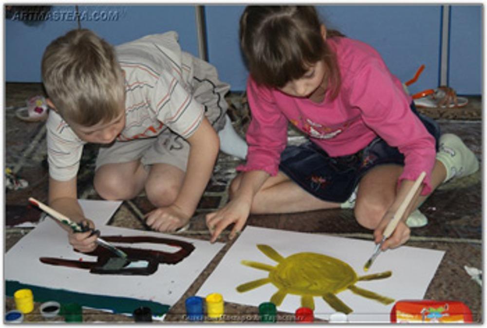 Фото: У кого-то салатовое солнце, а кого-то - черные танки. Выражать свои чувства и мысли в красках - это самое простое, что мы можем разрешить детям!