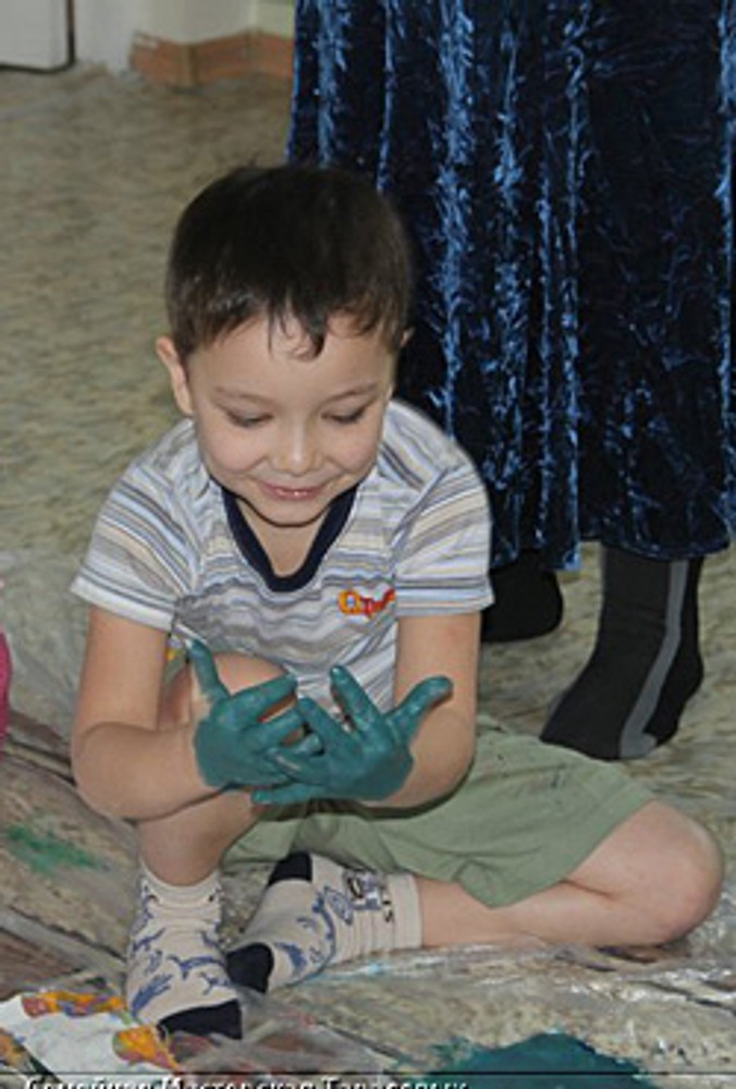 Фото: Цветные перчатки доставляют особую радость! Кроме того, это действие имеет для ребенка огромный смысл.