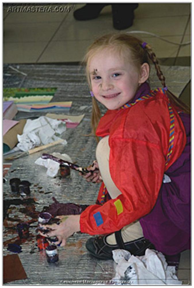 Фото: Смешаешь все краски – и получится новая краска! Замечательное открытие, если тебя за это не отругают родители.