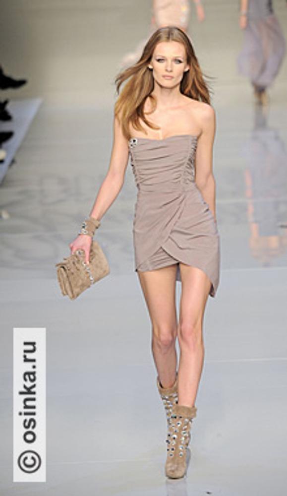 """Фото. К платью для коктейля нужно тщательно подбирать аксессуары, такие как обувь и сумочка-клатч. Модель из коллекции Blumarine , сезон """"осень-зима 2010/2011""""."""